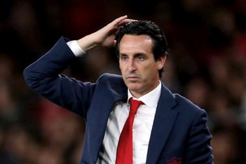 """Cựu HLV Arsenal bị tố cáo """"bắt cá hai tay"""""""