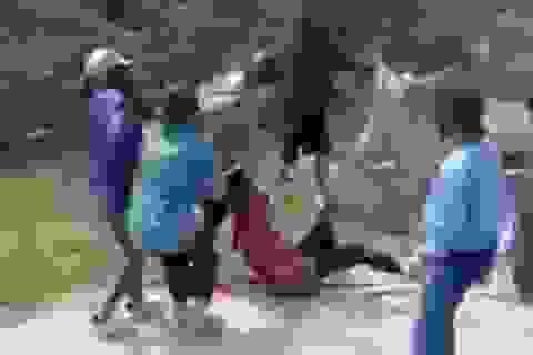 Hàng chục thiếu nữ cầm gậy choảng nhau
