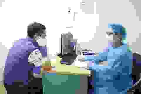 Bệnh nhân ung thư được tặng khẩu trang y tế chống dịch Covid-19