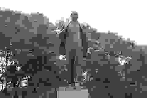 Trưởng ban Tuyên giáo TƯ dâng hoa kỷ niệm 150 năm Ngày sinh V.I.Lênin