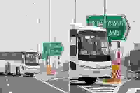 Xe chở công nhân Samsung quay đầu đi ngược chiều trên cao tốc