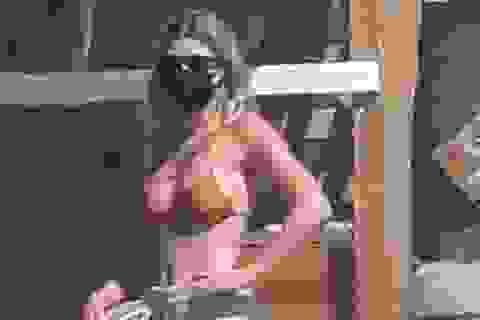 Sofia Richie mặc áo tắm, đeo khẩu trang ra biển