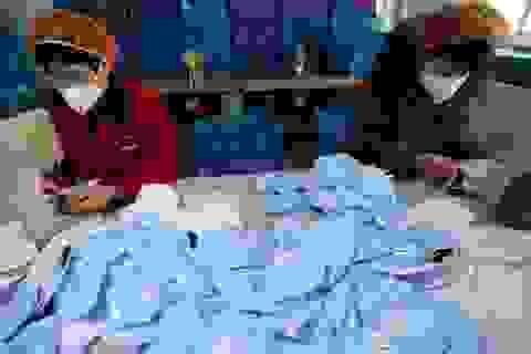 """Trung Quốc: Công xưởng khẩu trang lớn nhất thế giới """"đói"""" nguyên liệu thô"""