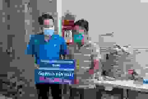 Công đoàn tặng quà công nhân bị tai nạn lao độngnhân Ngày Quốc tế lao động