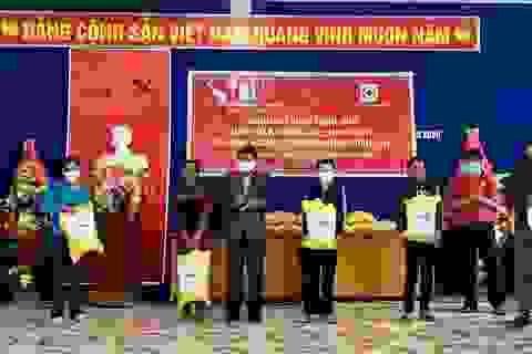 Hỗ trợ gạo cho gần 1.000 hộ dân chịu ảnh hưởng bởi dịch Covid-19