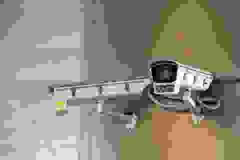 Tranh cãi Trung Quốc lắp camera giám sát trong nhà dân để theo dõi cách ly