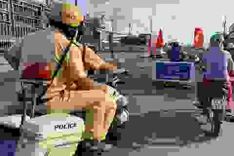 CSGT dọn đinh nhọn trên quốc lộ để người dân đi lại an toàn dịp lễ