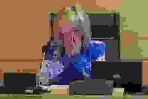 Quan chức Tây Ban Nha bật khóc đọc tên nhân viên y tế qua đời vì Covid-19