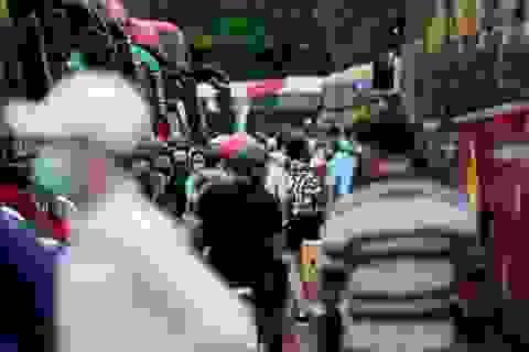 TPHCM: Hành khách chen chân mua vé về quê nghỉ lễ