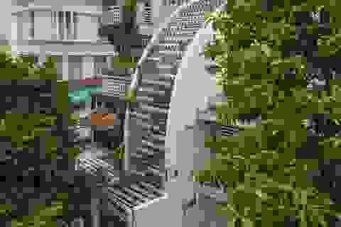 """Ngôi nhà ống hẹp ở Sài Gòn với mặt tiền """"uốn cong"""" vô cùng ấn tượng"""