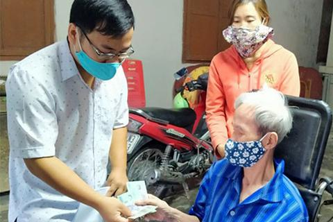 Hà Tĩnh: Người dân ấm lòng khi được cán bộ tới tận nhà chi trả tiền hỗ trợ