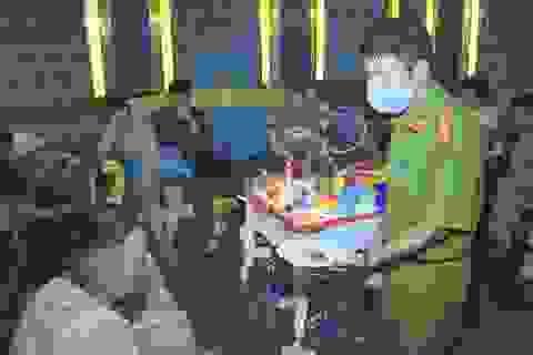 Hàng chục nam nữ thanh niên sử dụng ma túy tại quán karaoke