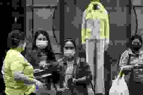 """""""Chiêu thức"""" giúp Covid-19 đẩy những người giúp việc ở Hong Kong vào bẫy nợ"""