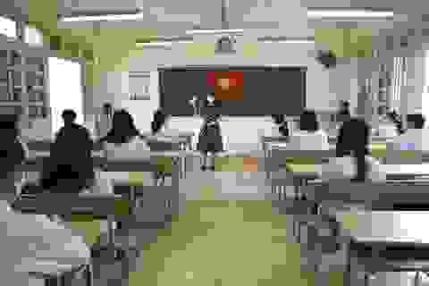 Hình ảnh: Cô trò chào cờ tại lớp trong ngày đầu trở lại trường