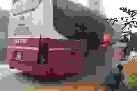 Xe khách bất ngờ bốc cháy, hàng chục người bỏ chạy tán loạn