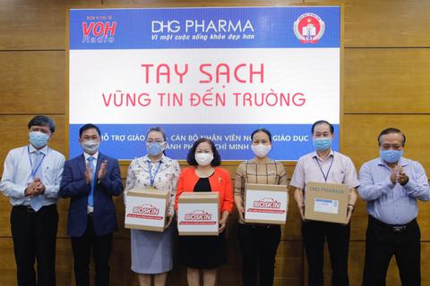 TPHCM: Giáo viên tiểu học được DHG Pharma tài trợ gel rửa tay phòng dịch