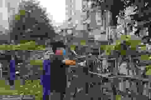 """Hà Nội: Dọn """"rác"""" gần cây cầu dây văng lớn thứ hai Việt Nam"""