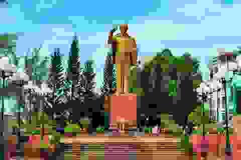 """Nhiều ngày """"canh nắng"""" chọn vị trí đặt tượng đài Bác Hồ trên bến Ninh Kiều"""