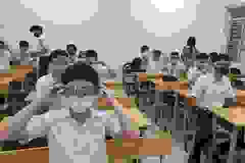 Thủ tướng: Trong lớp vừa đội mũ bảo hộ vừa đeo khẩu trang thì học làm sao?