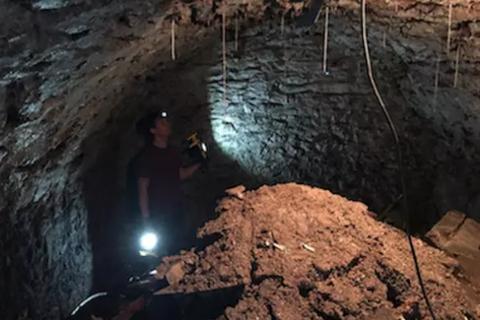 Vô tình phát hiện hang động 120 năm tuổi ngay dưới nền nhà