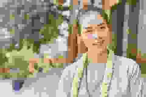 Diệp Bảo Ngọc để mặt mộc đi lễ chùa trong ngày Phật Đản