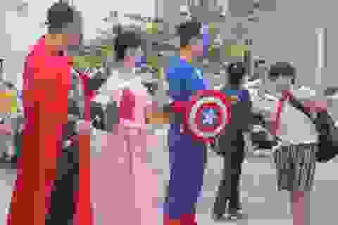 """Thầy cô """"hóa"""" siêu nhân, công chúa đón học sinh ngày đầu trở lại trường"""