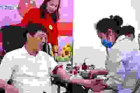 """Bắc Giang: Bí thư tỉnh hiến máu phát động chiến dịch """"Những giọt máu hồng"""""""