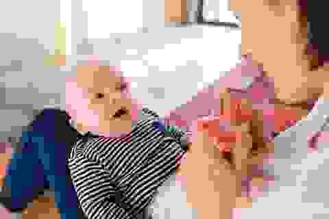 Giúp mẹ hiểu bé đang muốn nói gì qua ngôn ngữ cơ thể