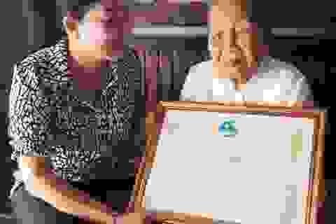Trao bằng khen cụ bà 93 tuổi ủng hộ tiền chống dịch Covid-19