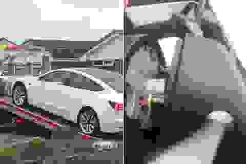Kì lạ xe Tesla Model 3 rơi vô lăng chỉ một tháng sau khi mua