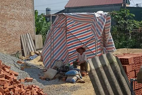 Giọt mồ hôi của người thợ nề giữa nắng hè miền Trung