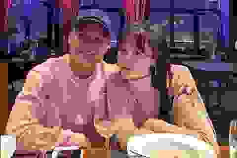 Cầu thủ Quang Hải đăng ảnh khoác vai tình tứ cùng bạn gái mới