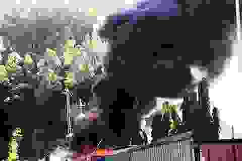 Cháy kho chứa dã chiến gần một siêu thị lớn