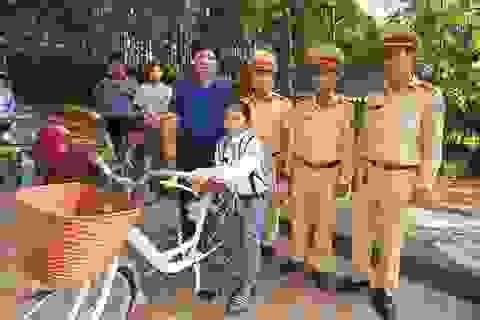 Bé gái 12 tuổi cùng lúc mất mẹ và em được Đội CSGT tặng chiếc xe đạp