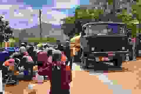 Bộ đội chở nước vào rừng giúp dân chống hạn