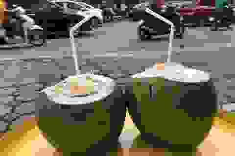Nắng nóng 40 độ, chị gái chặt dừa mỏi tay, bán 500 quả mỗi ngày