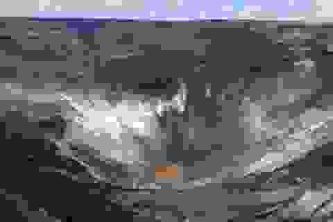 Phát hiện hồ nước rộng bằng 5 sân bóng ở miệng núi lửa hoạt động mạnh nhất
