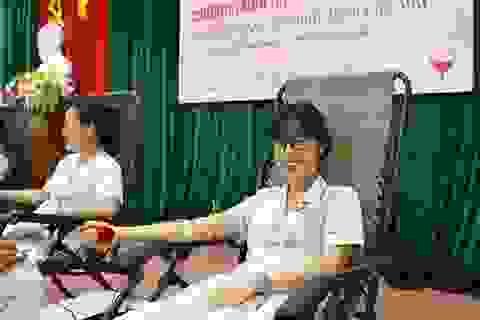 Hơn 100 y bác sĩ tham gia hiến máu cứu người