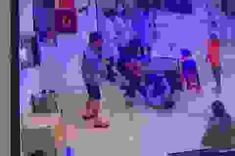 Hai cha con vây đánh điều dưỡng, bảo vệ bệnh viện