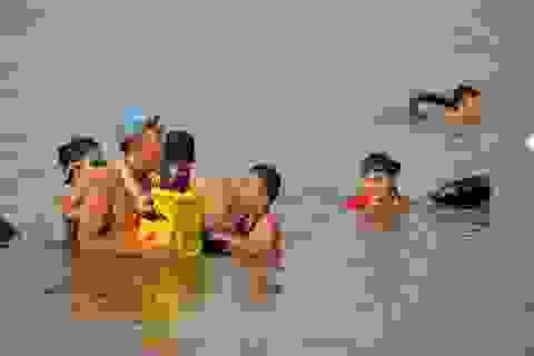 """""""Bãi biển"""" tự phát khổng lồ ngay dưới chân cầu Thăng Long"""