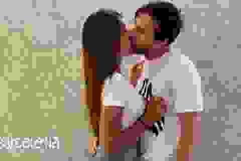 """Messi gây tranh cãi khi """"khoá môi"""" bà xã Antonela Roccuzzo"""