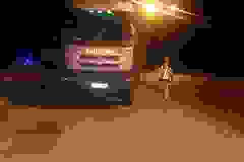 Bị kiểm tra tải trọng, tài xế xe tải cố thủ 5 giờ trên xe