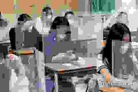 Học sinh Hàn Quốc được bảo vệ bằng tấm chắn, 75 trường đóng cửa khi vừa mở