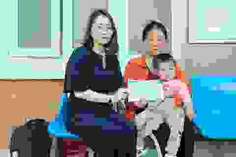 Người mẹ nghèo được bạn đọc Dân trí giúp đỡ phẫu thuật tim cho con
