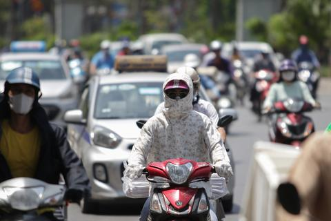 """Nắng nóng """"như thiêu đốt"""" trên đường phố Hà Nội"""