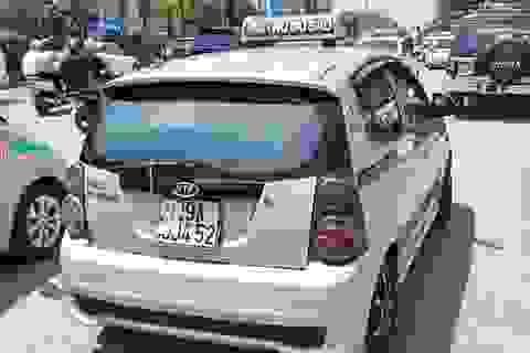 """Hà Nội xử lý hàng loạt taxi che biển số, làm khó """"mắt thần"""" trên phố"""
