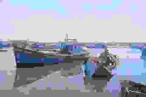 """Quảng Ngãi: """"Nghĩa địa"""" tàu cá chẹn nghẽn đường ra vào cảng"""