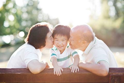 Trẻ em hạnh phúc hơn khi sống cùng ông bà