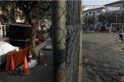 Xác chết bị bỏ mặc trên đường tại ổ dịch lớn thứ 2 thế giới