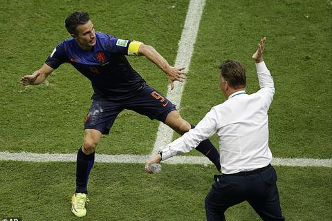 Từ chối ra sân, Van Persie từng ăn cú tát của HLV Van Gaal